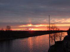Ondergaande zon bij het Prinses Margrietkanaal. Friesland The Netherlands