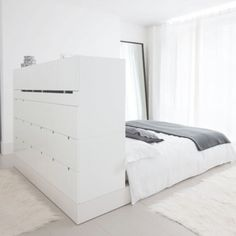Smart plan : closet, headboard and separation.