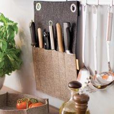 Das ist mal was anderes! Keine Messer-Stechereien mehr in unübersichtlichen Schubladen! Keine Platzverschwendung durch Messerblöcke auf den Küchenablagen. Diese super-platzsparende Messertasche aus Filz räumt auf! Einfach an die Wand oder Hakenleiste hängen und gut aussehen. Jacknife beherbergt bis zu fünf Messer und einen Wetzstab. Material: 100% Wollfilz, 3mm, 840g/qm. Ton in Ton abgenäht. Aufhängung: 2 Ringösen. Maße: ca. 30 x 42 cm.