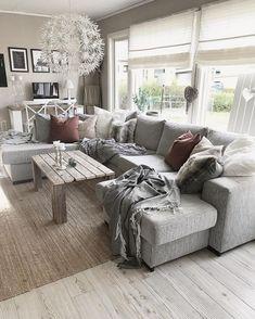 Duża sofa w szarym obiciu w salonie - Lovingit.pl