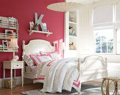 Pink na parede atrás da cama.