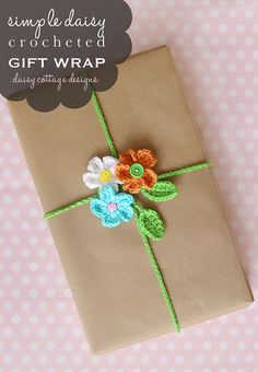 Crochet Gift Wrapping Ideas This FREE! crochet pattern for this adorable gift wrapping idea is perfect for spring and summer. Made from crocheted daisies and a leaf chain, it's sure to get attention at your next party! Creative Gift Wrapping, Wrapping Ideas, Wrapping Gifts, Crochet Flower Patterns, Crochet Flowers, Crochet Ideas, Crochet Home, Crochet Gifts, Crochet Simple