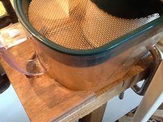 Autre défaut de conception : le pot recevant le jus est très proche de la manivelle. Il m'est arrivé de décaler le pot voire le renverser en manœuvrant, du coup j'ai réalisé une piece en bois qui épouse la forme du récipient et le maintient contre le corps de l'extracteur.