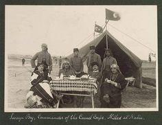 Heçin (deve) süvari bölüğü Kanal seferinden önce.  Solda heçin süvar uniforması içinde süvari teğmen yakup Robenson, sağdan ikinci oturan süvari üstteğmen Halet ve yanında bölük komutanları süvari yüzbaşı Süreyya Bey.  Hepsi Katya'da şehid düştüler. Soldan ikinci Galatasaraylı süvari Teğmen Memduh. Halet'in sınıf arkadaşı. Halet'i İngiliz kurşunlarından korumak için kendisini siper etti. Allah yolcusu oldu.