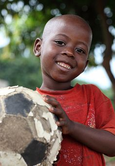 Livingstone, Zambia It would be wonderful to send new soccer balls all over Africa or anywhere else that children could benefit. Beautiful Smile, Beautiful Children, Beautiful Babies, Beautiful People, We Are The World, Small World, People Around The World, Livingstone, African Children