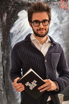 """Conosciamo meglio Alessandro di Curini, l'autore di AUTORITRATTO NELLA NOTTE, uno dei racconti selezionati nel concorso """"MYBOOK Tell Your Story #1"""" by NAVA. http://www.navadesign.com/it/blog/autoritratto-notte-alessandro-curini/"""