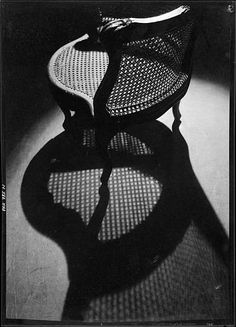 Roger Parry, Fauteuil canné et son ombre portée, vers 1929 Négatif noir et blanc, support pellicule Donation Roger Parry, Ministère de la culture (Médiathèque de l'architecture et du patrimoine) diffusion RMN