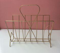 kevyt metallinen lehtiteline 60-luvulta . leveys 38 . syvyys 20 . korkeus 36cm