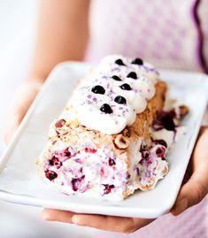 Marängrulle med vispgrädde och blåbär. No Bake Cake, Yummy Treats, Starbucks, Wicked, Cheesecake, Deserts, Dessert Recipes, Ice Cream, Lunch