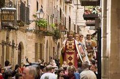 Els gegants i el bestiari ja participaven a les festes de l'edat mitjana. Malgrat que al llarg de la història han estat vedats per motius polítics o religiosos, continuen vigents. Amb l'arribada de la democràcia, i la recuperació de festes i tradicions, aquestes figures festives van experimentar un gran creixement. Actualment són omnipresents a la majoria de festes de Catalunya.