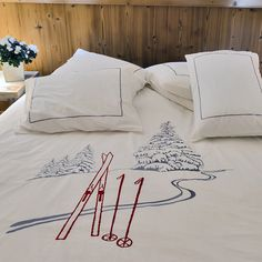 Duvet cover set with ski marks: the best way to dream your next day on the slopes! Only on Vagabonde. Colorado Mountain Homes, Mountain Decor, Mountain Style, Mountain Art, Ski Chalet Decor, Best Duvet Covers, Chalet Style, Holiday Apartments, Duvet Cover Sizes