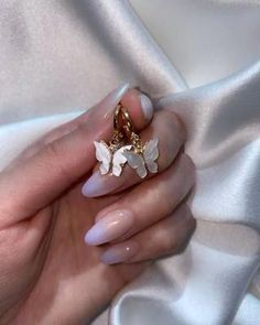 Semi-permanent varnish, false nails, patches: which manicure to choose? - My Nails Bling Nails, My Nails, Acrylic Nail Designs, Nail Art Designs, Nails Design, Cute Nails, Pretty Nails, Almond Acrylic Nails, Butterfly Earrings