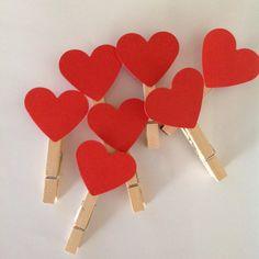 Mini Pregador Coração <br> <br>Mini pregador de madeira + tag coração = 0,85 <br> <br>Tamanho mini pregador: 4,5 cm A. x 0,5 cm L. <br> <br>Coração confeccionado com papel para scrapbook <br> <br>Tamanho do coração: 3 cm A x 3,5 cm L <br> <br>VALOR FIXO DO FRETE: R$10,00