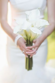 A simple #bouquet of calla lilies Photography: Paper Antler - paperantler.com Read More: http://www.stylemepretty.com/2014/05/16/traditional-golf-club-wedding/