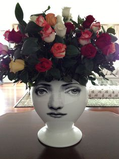 Con rosas de colores queda muy bien este jarrón de la colección Tema e Variazioni del gran diseñador y escultor Piero Fornasetti. Visitanos en www.italier.pe