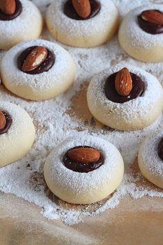 Délices d'Orient: Petits gâteaux à la maïzena Desserts With Biscuits, Mini Desserts, Baking Recipes, Cookie Recipes, Eid Cake, Algerian Recipes, Ramadan Recipes, Biscuit Cookies, Arabic Food