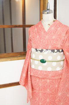 生成り色と赤の糸で織り出された麻の葉模様がレトロモダンなウールの単着物です。