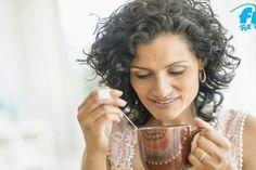 Kann Pfefferminztee wirklich beim Abnehmen helfen? Ein wenig schon. Denn das Minzaroma verringert die Lust auf Essen und Naschereien, da der Pfefferminzgeschmack einfach zu nichts passt.