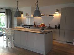 Grijze keuken in woning keukenloods  Betonnen werkblad Landelijk modern greeploos. Boretti fornuis.