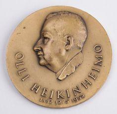 Olli Heikinheimo (1882 - 1973) toimi yli 30 vuotta Metsäntutkimuslaitoksen johtajana ja metsänhoidon professorina. Hän selvitti monipuolisesti metsien uudistamista ja kasvatusta, siemenen alkuperäkysymyksiä sekä ulkomaisten puiden viljelymahdollisuuksia Suomessa. Hän perusti Metsäntutkimuslaitokseen tutkimusalueiden verkoston. (Lähde: http://www.kansallisbiografia.fi/kb/artikkeli/7329/)