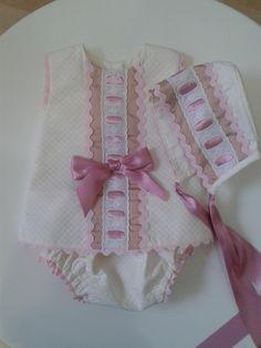 Jesusito cubrepañal y capota en pique beige con pasacintas en camel y rosa viejo y piconela en rosa una autentica preciosidad, en la parte de atras del...
