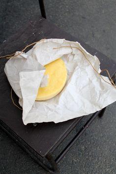 Valljátok be bátran, kinek jut eszébe a mai világban dolgozó családanyaként annyi dolog mellett egy városban sajtot készíteni? Nekem. És nem is vagyok vele egyedül. Egyáltalán nem. Valamikor régebben végig söpört egy sajt hullám a neten. Mondjuk nálunk mindig ez van, de most már fokozottan. Ennek a sajtocskának az elkészítése igazán nem nagy kaland. Kezdők (mint én is), nyugodtan, bátran vágjanak bele! :) Gyönyörű állaga lesz, reszelhető, olvasztható, ugyanolyan mint a bolti, csak erre…