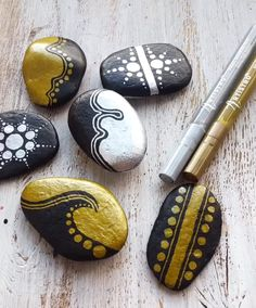 Creative idea for rock painting with metal effect. Cool rock painting project created with Artistro gold and silver paint pens. These paint pens ar Rock Painting Patterns, Rock Painting Ideas Easy, Rock Painting Designs, Paint Designs, Pebble Painting, Pebble Art, Stone Painting, Silver Paint, Metallic Paint