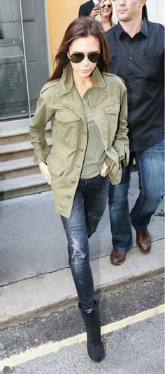 to Style Jeans for Fall Like Mary-Kate, Lily Aldridge, and More Victoria Beckham casually wearing a military coat and jeans.Victoria Beckham casually wearing a military coat and jeans. Casual Styles, Casual Look, Look Chic, Lily Aldridge, Fashion Mode, Look Fashion, Jeans Fashion, Fashion Hair, Female Fashion