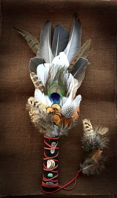 Native American Medicine Wheel, Native American Prayers, Native American Spirituality, Native American Crafts, Sea Crafts, Diy Arts And Crafts, Crafts To Do, Feather Crafts, Feather Art