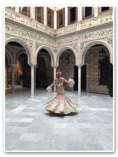 María León con vestido de Pepa Garrido disfrutando de la Feria de Sevilla 2014