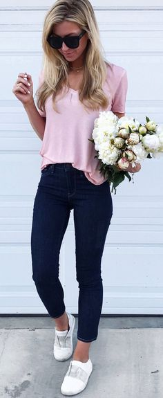 Charming Summer Outfits To Wear Now Pink Tee + Black Jeans + White Pumps // Shop This Outfit In The Link Sneakers Fashion Outfits, Casual Outfits, Cute Outfits, Black Jeans Outfit, White Jeans, Ripped Jeans, Elegant Summer Outfits, Outfit Summer, White Pumps