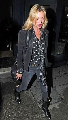 A musa folk Kate Moss usa camisa de estrela com lenço de bolnha e look preto.