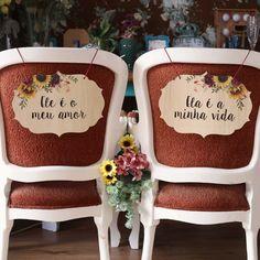Girassol- Placa Cadeira Noivos #weddingday #weddingdecor #weddingideas #weddinginspiration #chicnoultimo #chicnoultimoconvites #rusticwedding #ideiascasamento #ideiasparacasamento #bride #wedding #casamentorustico #casamentoboho #rusticwedding #lembrancacasamento #lavemanoiva #girassol #girassolpersonalizado #convitegirassol #portacopogirassol#portaaliançagirassol Dream Wedding, Wedding Day, Wood Home Decor, Wedding Chairs, Save The Date, Wedding Gifts, Wedding Planning, Lettering, Bride