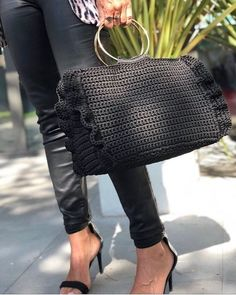 New style black crochet bag. Col Crochet, Crochet Shell Stitch, Crochet Clutch, Crochet Handbags, Crochet Purses, Crochet Bags, Sac Week End, Bags 2018, Macrame Bag