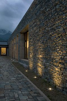 Casa de Campo Fundo El Guindo - Iván Vial Montero   #piedra #design #architecture #inspiration Stone Facade, Stone Cladding, Exterior Lighting, Outdoor Lighting, Lighting Ideas, Stone Houses, Landscape Lighting, Architecture Design, Backyard