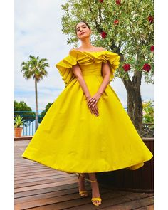 Sonam Kapoor Becomes The Ray Of Sunshine In Cloudy Cannes As She Glows In Bright Yellow Dress - HungryBoo Bollywood Fashion, Bollywood Actress, Bollywood Style, Couture Dresses, Fashion Dresses, Short Dresses, Formal Dresses, Yellow Fashion, Sonam Kapoor