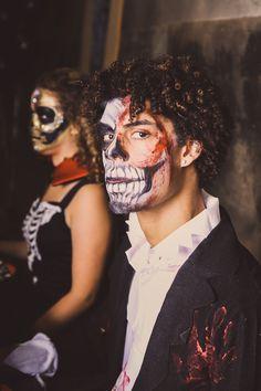 #Halloween kostuum met passende skull schmink voor mannen. Halloween Face Makeup
