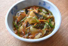 いちばん丁寧な和食レシピサイト、白ごはん.comの『タラの野菜あんかけの作り方』を紹介しているレシピページです。たん白なタラを素揚げして、生姜をほんのりきかせた野菜たっぷりのあんをかけて仕上げます。ご飯が進むし、何より食卓が温かくなる料理です。ぜひお試しください。