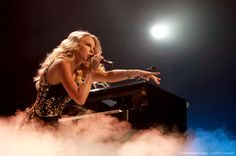 Taylor Swift Fearless Tour i love this pic. i love taylor she is the best person ever Taylor Swift Latest, Taylor Swift Fearless, Taylor Alison Swift, Taylor Swift Country, Swift Tour, Ariana Grande Pictures, Singing In The Rain, Luke Bryan, Celebs