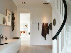 Contemporary simplicity of lines and white palette - Inviting Foyer - ShowHome.nl, interieur design by nicole & fleur. Hallway Inspiration, Interior Design Inspiration, Entry Hallway, Foyer, Entryway Decor, Architecture Design, House Entrance, Entrance Hall, My New Room