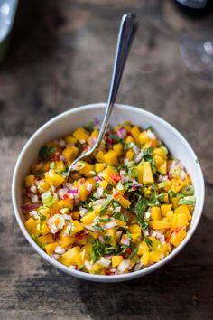 1 mango, 1 rode ui, 2 lente-uitjes, 1 rode chilipeper, 1 limoen, verse koriander naar smaak