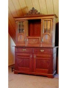 Beschreibung: Wunderschöner antiker Küchenschrank aus Nußbaumholz , im Shabby Look. Der Schrank kann auch als Wäscheschrank oder Vorratsschrank genutzt werden. Innen hat er oben 2 Einlegeböden,...