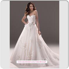 Supermooie handgemaakte bruidsjurk in de prinsessen style van de voorkant gezien. De jurk heeft mooie kristallen en een prachtig lijfje. Te bestellen in alle maten. Neem contact met me op voor meer informatie. Ik ga graag voor je aan de slag!