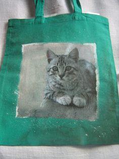 Siateczka z aplikacją z serwetki, wykonana metodą decoupage na tkaninie.
