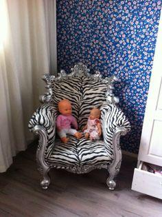 Plak een leuk behang en plaats een hippe stoel en tadaa
