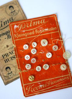 Vroom  Dreesmann - old card with mother of pearl buttons - LizStyle.