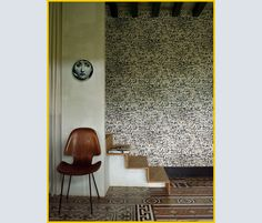 CARTA DA PARATI Mediterranea e PIATTATTO serie Themes & Variations di Fornasetti; sedia vintage