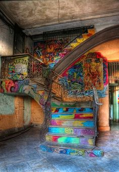 Una escalera en una antigua mansión de La Habana Vieja