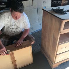 The easiest way to paint a dresser is to paint it with chalk paint! Here is how to spray paint a dresser with chalk paint! Spray Paint Dresser, Spray Paint Furniture, Blue Painted Furniture, Distressed Furniture Painting, Painted Dressers, Spray Chalk, Spray Paint Cans, Spray Painting, Painting Tricks
