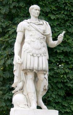 C'est un mythe de croire que Jules César s'appelle ainsi parce qu'il est né par césarienne. Bien que la césarienne soit connue depuis l'Antiquité, elle n'était pratiquée qu'en dernier recours, car aucune femme ne survivait à cette intervention. Or, la mère de César a survécu à son accouchement. Son nom lui vient probablement d'un ancêtre (les surnoms étaient transmis), car «caesare» en latin signifie couper.